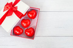 Coeur rouge et boîte-cadeau de vue supérieure avec le ruban sur le plan en bois blanc Photographie stock