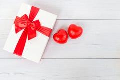 Coeur rouge et boîte-cadeau de vue supérieure avec le ruban sur le plan en bois blanc Photos libres de droits