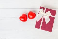 Coeur rouge et boîte-cadeau de vue supérieure avec le ruban sur le plan en bois blanc Photos stock