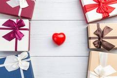 Coeur rouge et boîte-cadeau de vue supérieure avec le ruban sur le plan en bois blanc Photo stock