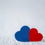 Coeur rouge et coeur bleu sur le fond en bois blanc Valentines DA Image stock