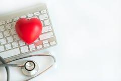 Coeur rouge et des soins de santé de matériel médical de stéthoscope médicaux images libres de droits