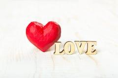 Coeur rouge et l'amour de mot fait de bois Photo libre de droits