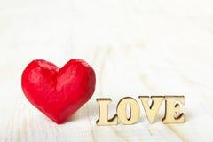 Coeur rouge et l'amour de mot fait de bois Photographie stock