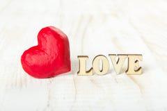 Coeur rouge et l'amour de mot fait de bois Images stock