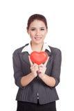 Coeur rouge et sourire d'exposition asiatique de femme d'affaires Photo stock