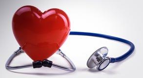 Coeur rouge et un stéthoscope sur le bureau Photos stock