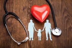 Coeur rouge et un stéthoscope sur le bureau Images stock