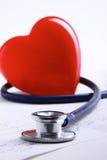 Coeur rouge et un stéthoscope sur le fond blanc Image libre de droits