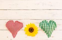Coeur rouge et vert rustique avec le tournesol jaune sur la table en bois blanche, vue supérieure, l'espace de copie Image stock
