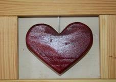 Coeur rouge fabriqué à la main et cadre en bois Photographie stock