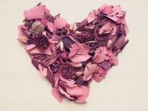 Coeur rouge fait à partir de la fleur sèche sur le fond en bois Photographie stock