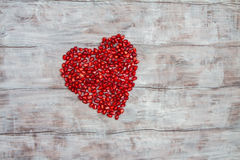 Coeur rouge fait de grains de grenade Photos stock