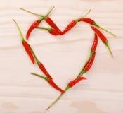 Coeur rouge fait de poivrons de piments d'un rouge ardent Images libres de droits