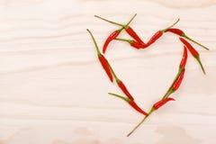 Coeur rouge fait de poivrons de piments d'un rouge ardent Photo stock