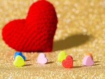 Coeur rouge fait main de fil sur le fond d'abrégé sur or Copiez l'espace pour le texte, le jour de valentines, le concept d'amour Images libres de droits