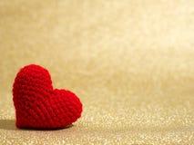 Coeur rouge fait main de fil sur le fond d'abrégé sur or Copiez l'espace pour le texte, le jour de valentines, le concept d'amour Photo stock