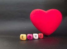 Coeur rouge foncé de velours sur le fond noir Photographie stock