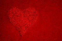 Coeur rouge, fond rouge illustration de vecteur