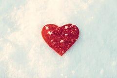 coeur rouge gelé sur la neige Photo stock