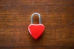Coeur rouge principal sur une table en bois, le concept de l'amour et Valenti Image stock