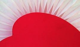 Coeur rouge se reposant sur la fan molle de tissu Photographie stock