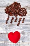Coeur rouge sous la pluie de café Photographie stock libre de droits