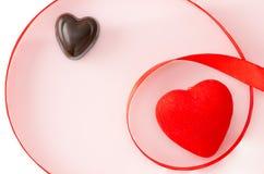 Coeur rouge, sucrerie sous forme de coeur et ruban sur un fond blanc Photos libres de droits