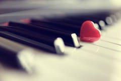 Coeur rouge sur des clés de piano Photographie stock libre de droits