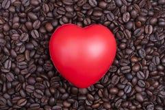 Coeur rouge sur des grains de café Image libre de droits