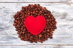 Coeur rouge sur des grains de café Images libres de droits