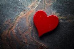 Coeur rouge sur l'ardoise image stock