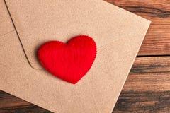Coeur rouge sur l'enveloppe Image libre de droits