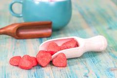 Coeur rouge sur la cuillère en bois comme amour de symbole, Images libres de droits