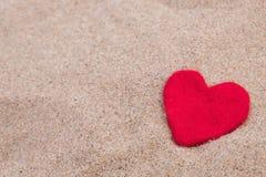 Coeur rouge sur la plage sablonneuse Images stock