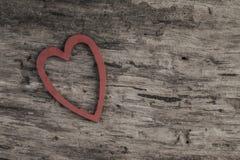 Coeur rouge sur la surface en bois avec l'espace de copie Photos stock
