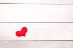 Coeur rouge sur la table en bois de la vue supérieure avec l'espace Photographie stock