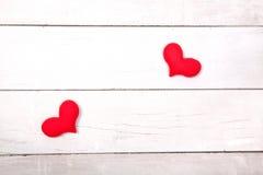 Coeur rouge sur la table en bois de la vue supérieure avec l'espace pour la copie Image libre de droits