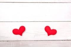 Coeur rouge sur la table en bois de la vue supérieure avec l'espace pour la copie Photos stock
