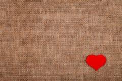 Coeur rouge sur la toile de jute Images stock