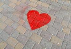 Coeur rouge sur la tuile de pavage Image libre de droits