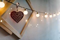 Coeur rouge sur la vieilles photo de fond et lumière d'ampoules en bois Amour b Photo libre de droits