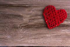 Coeur rouge sur le bois images stock