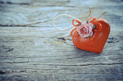 Coeur rouge sur le bois Photos stock