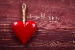 Coeur rouge sur le bois Photographie stock libre de droits