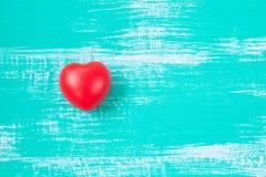 coeur rouge sur le bois de couleur de vintage Photographie stock