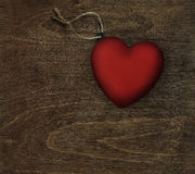Coeur rouge sur le bois foncé Images stock