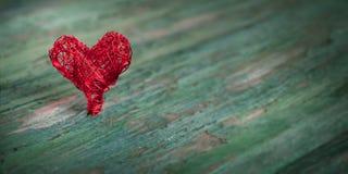 Coeur rouge sur le bois minable Photo stock