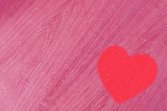 Coeur rouge sur le bois rose Image stock