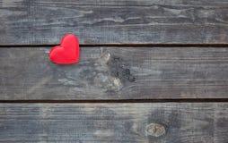 Coeur rouge sur le bois rustique Images stock